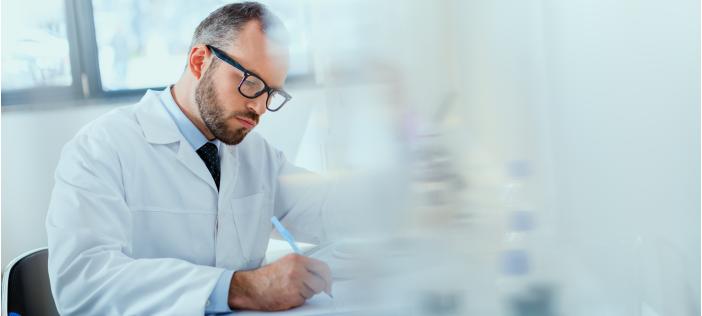 doctor en exámenes médicos ocupacionales